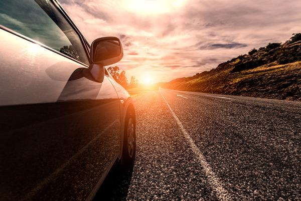 Photo d'une voiture sur la route