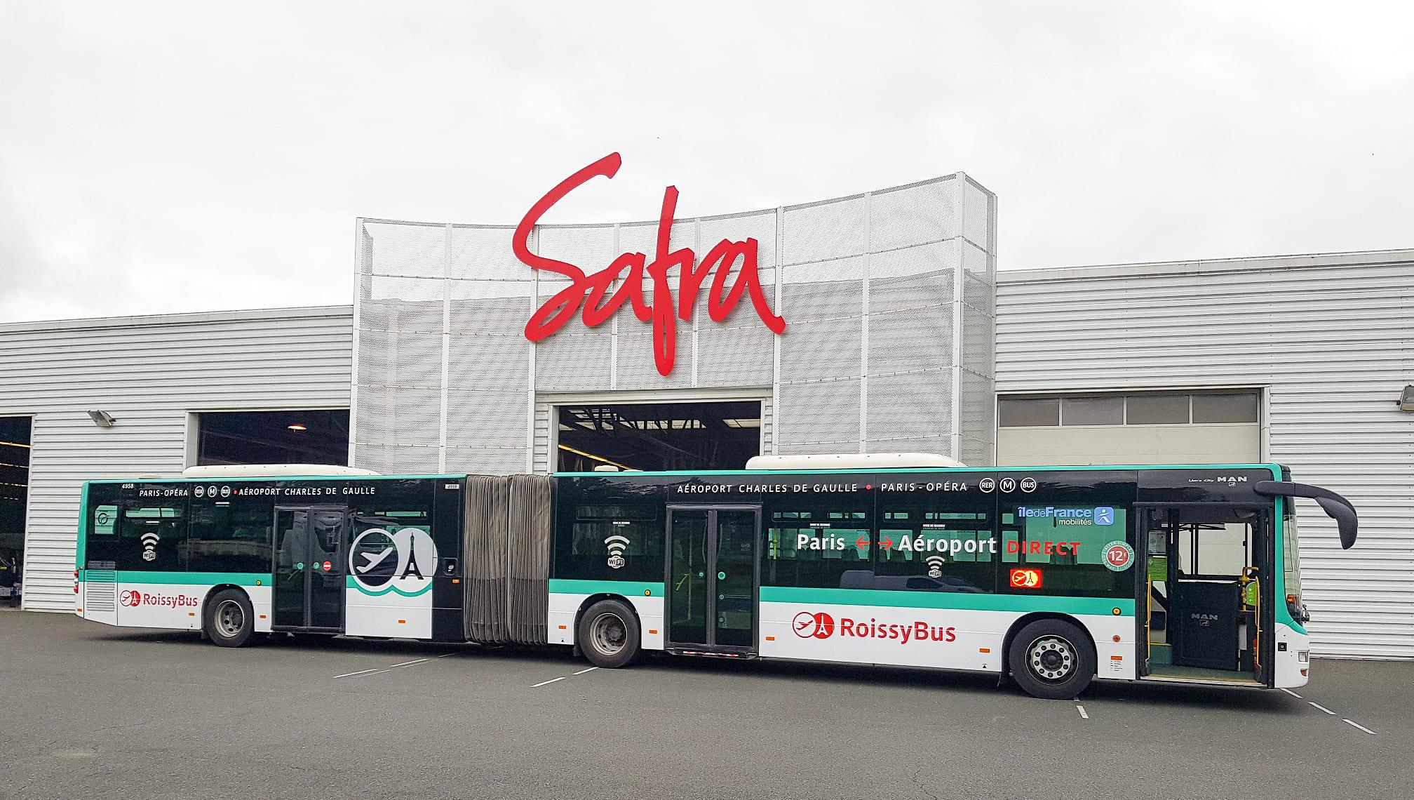 Bus Roissybus de la RATP devant les locaux de SAFRA Rénovation